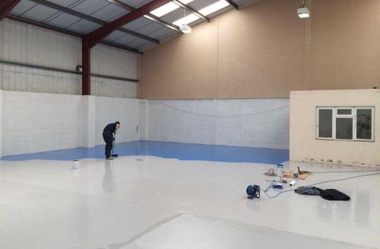 Applying epoxy flooring